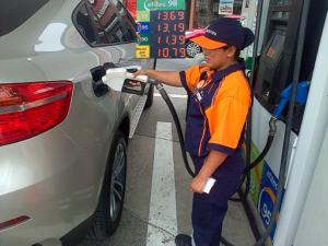 """Opecu: """"Fuerte baja internacional de gasoholes y gasolinas de hasta 5,5% por segunda semana consecutiva y Repsol debe reflejarla en el país"""""""